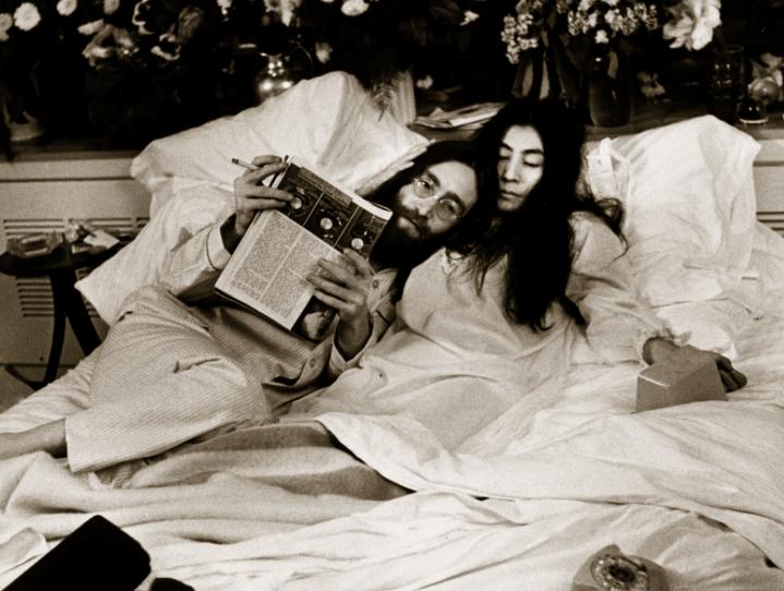 ジョンレノンとオノヨーコの「ベットイン」の意味と当時の写真。年の差が良い味わいを出してる。